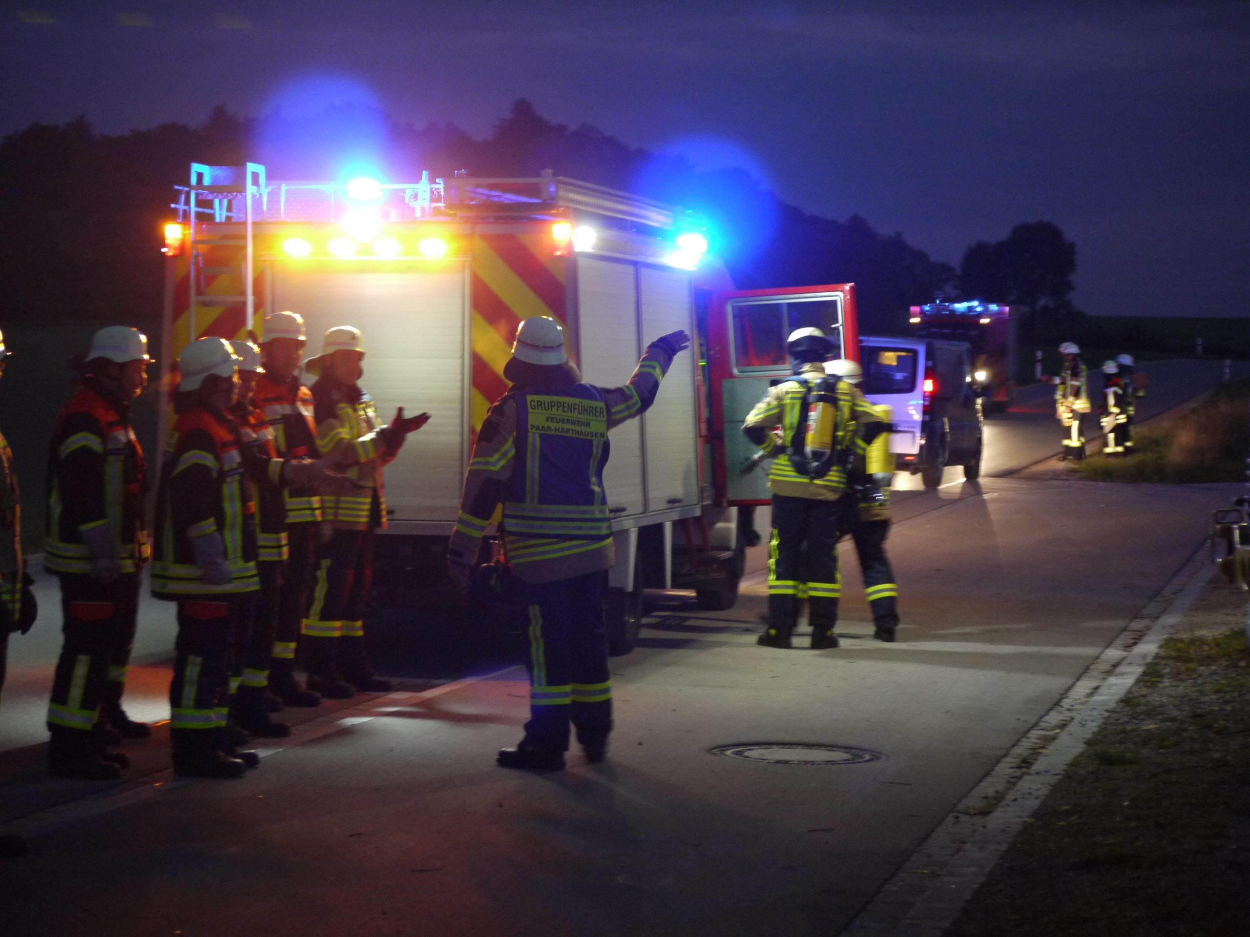 Bild der Übung Freiwillige Feuerwehr Paar - Harthausen Brand Schützenhaus Der Gruppenführer gibt der Mannschaft Einsatzbefehle